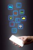 Homem de negócios que usa o smartphone com rede sem fio, social Conce imagem de stock
