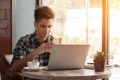Homem de negócios que usa o smartphone e o portátil com tabuleta e a pena em w Fotografia de Stock Royalty Free
