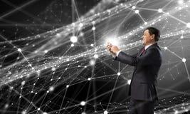 Homem de negócios que usa o smartphone Meios mistos Imagens de Stock Royalty Free