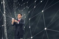 Homem de negócios que usa o smartphone Meios mistos Imagem de Stock Royalty Free