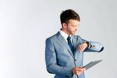 Homem de negócios que usa o tablet pc Fotografia de Stock Royalty Free
