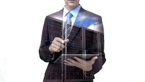 Homem de negócios que usa o tablet pc com a folha de prova do servidor de dados video estoque