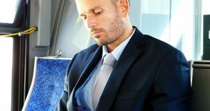 Homem de negócios que usa o telefone celular ao viajar filme