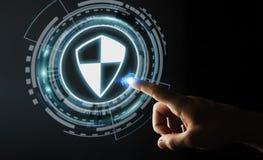 Homem de negócios que usa a proteção segura do protetor para proteger seus dados 3D Fotos de Stock Royalty Free