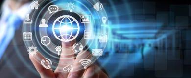 Homem de negócios que usa a relação tátil digital da tela com ícone da Web ilustração stock