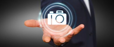 Homem de negócios que usa a rendição moderna da aplicação 3D da câmera Fotografia de Stock