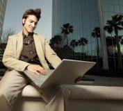 Homem de negócios que usa seu caderno Fotografia de Stock
