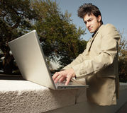 Homem de negócios que usa seu caderno Fotografia de Stock Royalty Free