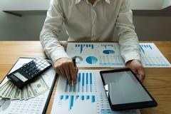 Homem de negócios que usa a tabuleta à situação no valor de mercado, imagens de stock