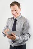 Homem de negócios que usa a tabuleta Fotografia de Stock Royalty Free