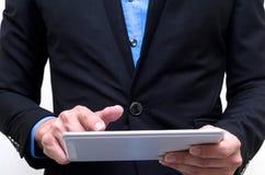 Homem de negócios que usa a tabuleta com isolado foto de stock royalty free