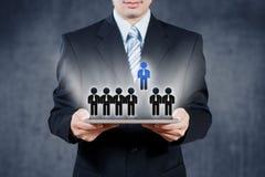 Homem de negócios que usa a tabuleta, conceito dos recursos humanos Imagem de Stock Royalty Free