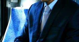 Homem de negócios que usa a tabuleta digital ao viajar vídeos de arquivo