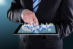 Homem de negócios que usa a tabuleta digital com mapa do mundo imagens de stock royalty free