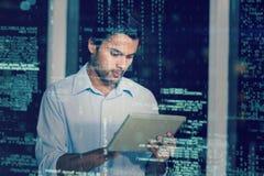 Homem de negócios que usa a tabuleta digital 3D Fotos de Stock