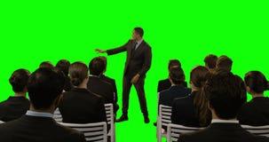 Homem de negócios que usa a tela digital futurista ao dar a apresentação aos colegas video estoque