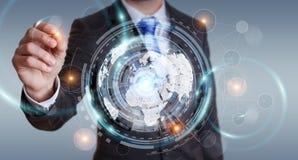 Homem de negócios que usa a tela do holograma com dados digitais Foto de Stock