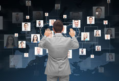 Homem de negócios que usa a tela virtual com contatos Fotografia de Stock