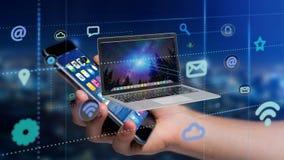 Homem de negócios que usa um smartphone com um computador que cerca pelo ap Imagem de Stock Royalty Free