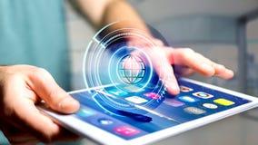 Homem de negócios que usa um smartphone com um globo technologic b do Shinny Foto de Stock Royalty Free