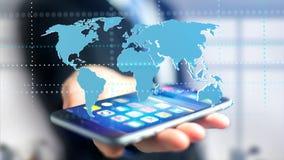 Homem de negócios que usa um smartphone com um mapa do mundo conectado - 3d r Imagem de Stock Royalty Free