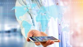Homem de negócios que usa um smartphone com um mapa do mundo conectado - 3d r Fotografia de Stock Royalty Free