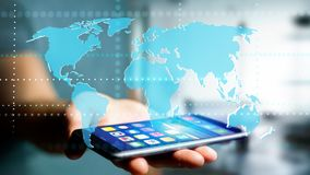 Homem de negócios que usa um smartphone com um mapa do mundo conectado - 3d r Foto de Stock