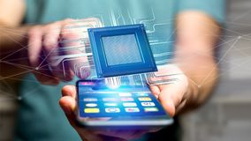 Homem de negócios que usa um smartphone com uma microplaqueta e uma rede de processador Fotografia de Stock Royalty Free