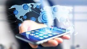 Homem de negócios que usa um smartphone com uma rede sobre um w conectado Fotografia de Stock Royalty Free