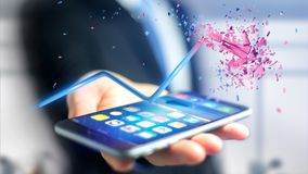 Homem de negócios que usa um smartphone com uma seta financeira que vai acima Fotos de Stock Royalty Free