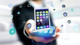 Homem de negócios que usa um smartphone com uma tabuleta que cerca pelo app Imagens de Stock