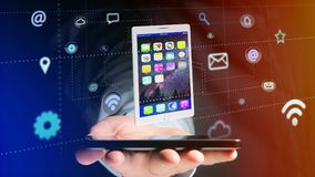 Homem de negócios que usa um smartphone com uma tabuleta que cerca pelo app Imagem de Stock Royalty Free