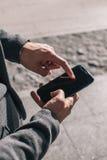 Homem de negócios que usa um telefone móvel Imagem de Stock