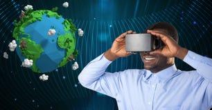 Homem de negócios que usa vidros de VR ao olhar a imagem 3d da terra do planeta Imagens de Stock
