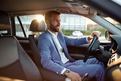 Homem de negócios que vai na viagem de negócios pelo carro Imagens de Stock