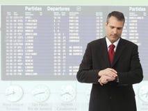 Homem de negócios que verific o tempo em seu relógio Imagens de Stock