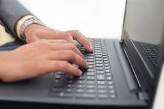 Homem de negócios que verifica no teclado Imagem de Stock