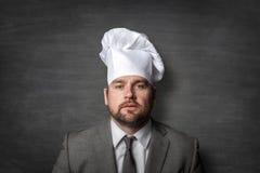 Homem de negócios que veste um chapéu do cozinheiro fotografia de stock
