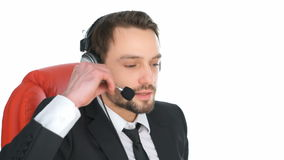 Homem de negócios que veste uns auriculares video estoque