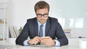 Homem de negócios Reading Email em Smartphone, bate-papo vídeos de arquivo