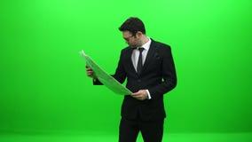Homem de negócios Reading Newspaper na frente da tela verde filme