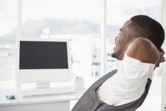 Homem de negócios relaxado com mãos atrás da cabeça Fotografia de Stock Royalty Free