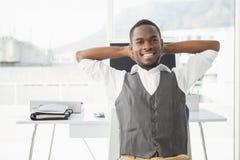 Homem de negócios relaxado com mãos atrás da cabeça Imagem de Stock Royalty Free