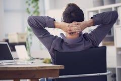Homem de negócios relaxado que trabalha no computador foto de stock royalty free