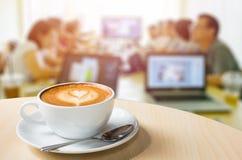 Homem de negócios, reunião, café, livro da programação, PC da tabuleta, Intervie imagens de stock royalty free