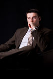 Homem de negócios rico novo que senta-se no sofá Imagens de Stock