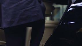 Homem de negócios rico que obtém no carro, porta de fechamento do motorista pessoal do automóvel, vip filme