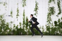 Homem de negócios Running Outdoors foto de stock royalty free