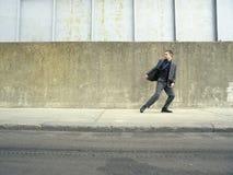 Homem de negócios Running On Sidewalk imagens de stock royalty free