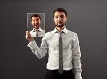 Homem de negócios calmo que esconde seu gladness Imagens de Stock
